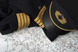 Uniforme pilote et carte de navigation