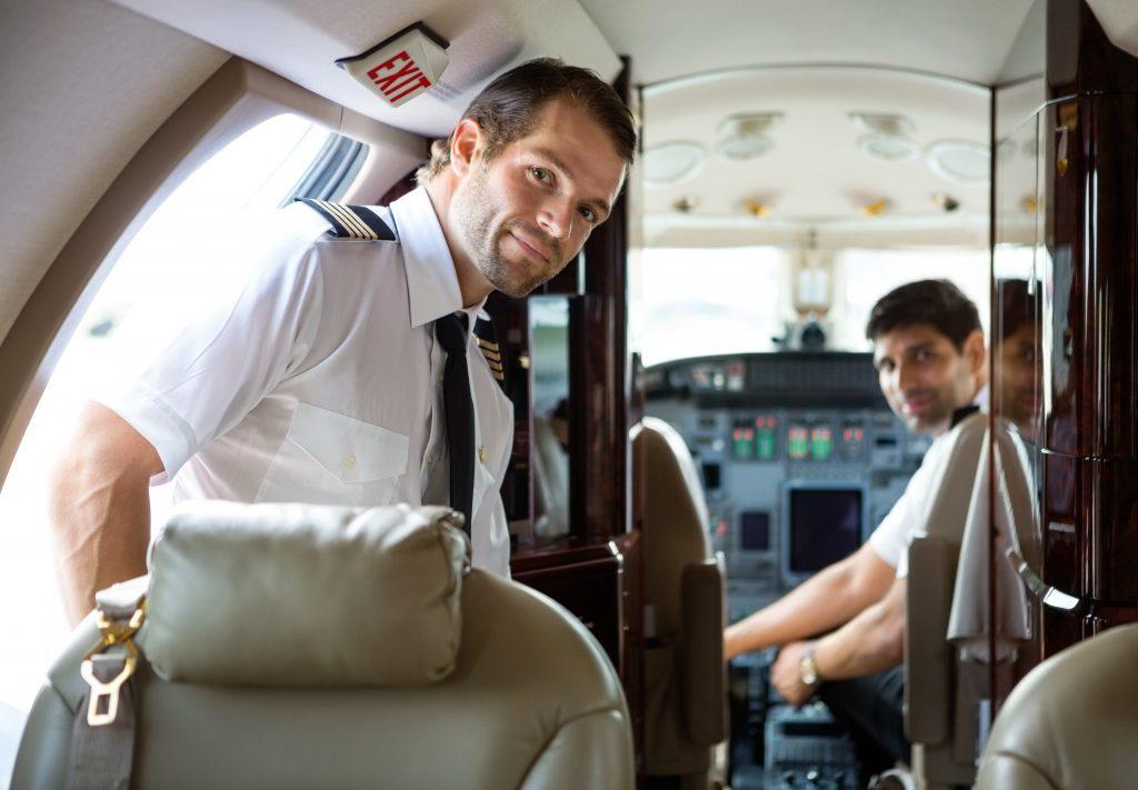 Pilote qui prend place dans son avion